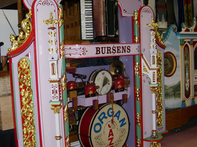 Bursens-dance-organ-with-gold-leaf